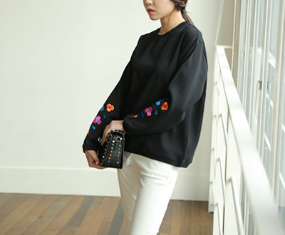 [LBL89P137] and Flower Embroidery Blouse